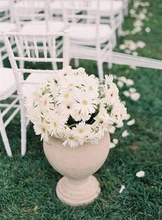 35 Daisy Ideas That Make a Beautiful Wedding Theme -- Daisy Aisle Decor, photo: Josh Gruetzmacher | http://emmalinebride.com/themes/daisy-ideas-theme-weddings/