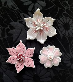 ceramic flowers, good intro to hand building project Polymer Clay Kunst, Polymer Clay Canes, Polymer Clay Flowers, Ceramic Flowers, Polymer Clay Projects, Polymer Clay Creations, Clay Crafts, Polymer Clay Jewelry, Diy Clay