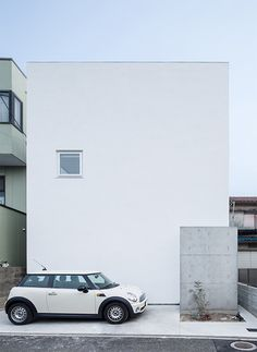 Plain white house in Osaka Prefecture, Japan, designed by Takeshi Hamada to look simple like a block of tofu. Asian Architecture, Minimal Architecture, Modern Architecture House, Residential Architecture, Interior Architecture, Minimalist Bedroom, Minimalist Home, Tropical House Design, Small Modern Home