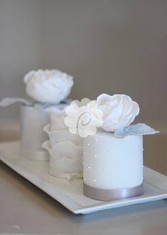 Matching little mini fruitcakes Mini Wedding Cakes, Wedding Sweets, Mini Cakes, Cupcake Cakes, Cake Decorating Techniques, Cake Decorating Tips, Pretty Cakes, Beautiful Cakes, Delish Cakes