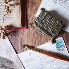 古都ヨークで捕まえた脚の生えたトランク / Antique Brass Stamp Box   英国アンティーク、小さなトランクのフォルムをした真鍮のスタンプボックス。  #アンティーク,#イギリス,#スタンプボックス,#切手入れ,#小物入れ,