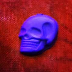 Moulded Mini Polymer #Clay Skull Clay Tutorials, Handmade Crafts, Jewelry Crafts, Polymer Clay, Skull, Mini, Diy Projects, Hand Made, Skulls