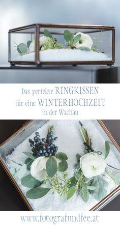 Eine Winterhochzeit braucht ein perfektes Ringkissen - blau und weiß, gepaart mit Schnee und Beeren. Braut Make-up, Rings, Wedding, Home Decor, Blue And White, Wedding Pie Table, Fairy, Berries, Snow