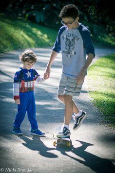 Irmaos ensinando o mais novo a andar de skate