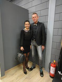 met als models of the day:  Anita Delvael en Bart Rosseel. Bart: Diesel Anita: Een kleedje van Denny Rose, gecombineerd met schoenen en een handtas van Guess.