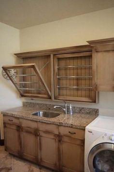 Se a lavanderia é pequena, você pode usar a porta do armário como um varal retrátil.