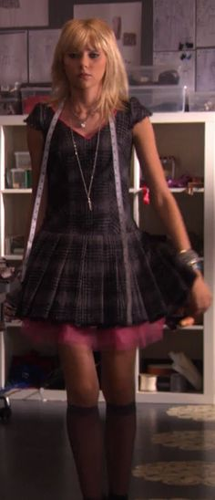 Jenny Humphrey - grey plaid pleated dress with pink tulle Gossip Girl Outfits, Gossip Girl Fashion, Fashion Tv, Fashion Outfits, Fashion Design, Jenny Humphrey, Gossip Girl Jenny, Nice Dresses, Cute Outfits