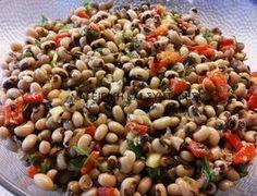 Τα μαυρομάτικα φασόλια είναι ένα από τα πιο πολύτιμα όσπρια!!! Υλικά 1 κούπα φασόλια μαυρομάτικα 2 μικρές ντομάτες κομμένες σε κυ... Greek Cooking, Fun Cooking, Cooking Recipes, Healthy Recipes, Greek Appetizers, Appetizer Salads, Clean Eating Diet, Healthy Eating, Smoked Salmon Salad