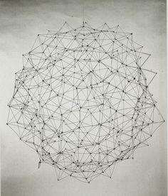 obra de Gego, realizada con líneas entrecruzadas formando redes planas y moduladas. Los campos entre las líneas son de base triangular. De este sistema nació la obra Reticulárea, ambientación de mallas y redes, que fue instalada por primera vez en el Museo de Bellas Artes de Caracas.