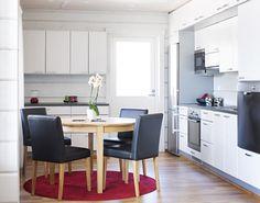 Päivänsäde. Tämä päivänsäde on avara, viihtyisä ja vaalea. Topin särmikkäitä sisustusratkaisuja talossa, jossa tunnelma kuitenkin seesteinen ja hillitty. Värimaailmaa Topin kalusteissa hallitsevat harmaan eri sävyt. Keittiön ovimalli Särmä SM28M vaalean harmaa. Table, Furniture, Home Decor, Decoration Home, Room Decor, Tables, Home Furnishings, Home Interior Design, Desk