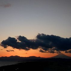 【shigemi8361】さんのInstagramをピンしています。 《日没後の富士山🌌🌌 穏やかな日曜日でしたね😊 #夕焼け  #夕暮れ時  #日没  # 空 #雲  #日没後の空  #富士山  #日没後の富士山  #オレンジ色 #海 #山に沈む夕日  #たそがれ  #空の写真を撮るのが好き  #sky #skylovers  #sunsetcolor  #sunset  #sunsetstagram  #cloud  #cloudscape  #sundown #cloudstagram #twilight #twilightstagram #Mt.Fuji #ocean #orangecolor  #daily》