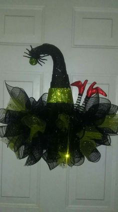 Easy halloween decorations party diy decor ideas witch hat wreath 00006 ~ Home Decoration Inspiration Halloween Deco Mesh, Halloween Hats, Halloween Projects, Holidays Halloween, Halloween Wreaths, Halloween Gourds, Hallowen Ideas, Easy Halloween Decorations, Diy Party Decorations