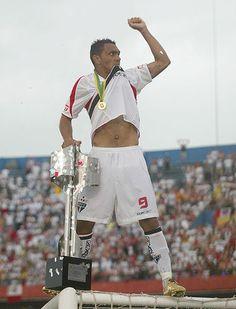 """Leandro """"guerreiro"""" na trave do Morumbi comemorando a conquista do Brasileirão 2007"""