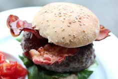 Cheese Stuffed bacon burgers with spelled bread and tomato salsa | Trina MATblogg