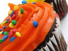 If you have leftover cupcakes, you can keep them in the freezer to enjoy your treats at a later time. Properly frozen cupcakes can remain fresh up to three months in the freezer. Frozen Cupcakes, Fake Cupcakes, Fake Cake, Baking Cupcakes, Cupcake Cakes, Cupcake Ideas, Hawaiian Cupcakes, Autumn Cupcakes, Decorate Cupcakes