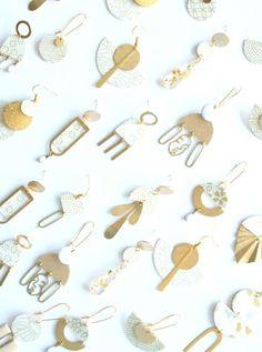 Boucles d'oreilles puce papier japonais blanc à fleur or   Etsy Japanese Paper, Feuille D'or, Metal Fan, Paper Earrings, Paper Fans, Gold Polka Dots, Gold Flowers, Organza Bags, Gold Leaf