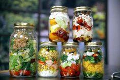 Είναι ό,τι πιο έξυπνο, πρακτικό και νόστιμο μπορείς να ετοιμάσεις για το γραφείο. Βάζεις τα υλικά της σαλάτας ή της φρουτοσαλάτας σε στρώσεις μέσα στο βαζάκι, βιδώνεις και έτοιμο το φαγητό. Εντάξει υπάρχουν 1-2 μυστικά ακόμη. Δείτε τα εδώ μαζί με μερικές ωραίες συνταγές