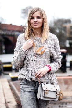 Boho Style with Pepe Jeans Sweater Pullover, fringed, feather necklace, grey River Island bag, grex jeans - Hamburg, Streetstyle, Outfit, Blogger