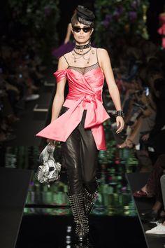 Moschino Spring 2018 Ready-to-Wear  Fashion Show - Luna Bijl