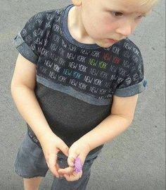 """Das Ratz-Fatz-Shirt mini Jungs ist ein leger geschnittenes Shirt für Jungs.   Das Shirt ist schnell genäht und anfängertauglich. Es kann mit Bündchen- oder Krempelärmeln, komplett mit Bündchen oder einfach nur gesäumt genäht werden sowie mit oder ohne Passe, welche optional mit einer Paspel """"gepimpt"""" werden kann.  Der Schnitt ist ausgelegt auf dehnbare Stoffe.  Zum Verkauf steht nur die Anleitung, die Bilder zeigen lediglich gefertigte Beispiele. Für Fragen zur Anleitung stehe ich natürlich…"""