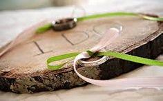 Een schijfje hout, twee gaatjes en linten en jullie trouwdatum of andere tekst er in branden! #trouwringen #presenteren