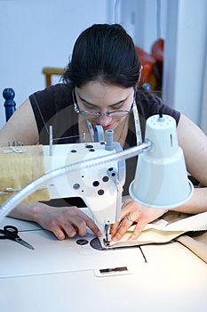 TABELLA PRATICA  Più il tessuto è pesante, più il punto dovrà essere allungato, poiché lo spessore della stoffa tende ad accorciare il punto stesso. La tabella riportata sotto è una guida pratica per la scelta del filo e dell'ago. Consultatela regolarmente prima di iniziare a cucire