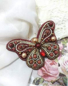 No photo description available. Bead Embroidery Jewelry, Beaded Embroidery, Beaded Jewelry, Insect Jewelry, Butterfly Jewelry, Bead Crafts, Jewelry Crafts, Embroidery Patterns Free, Quilting For Beginners