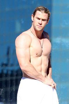 Chris Hemsworth Body | Chris Hemsworth zeigte sich mit freiem Oberkörper am Hotel-Pool