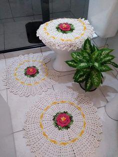 Vanessa Silva Crochê: Jogo de tapetes para banheiro redondo em crochê Knit Crochet, Crochet Hats, Bathroom Sets, Bath Mat, Rugs, Knitting, Silver, Vanessa Silva, Home Decor