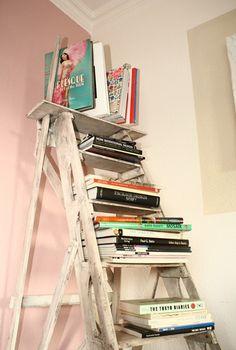 Eine Leiter als Bücherregal im shabby chic