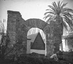 Arco sobre la acequia de Mestalla en la Vuelta del Ruiseñor, estaría donde actualmente es un aparcamiento de una clínica entre la avenida Blasco Ibáñez y el Jardín de Monforte. Sobre 1920. Archivo: José Huguet.