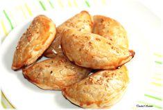 Voici de délicieux chaussons renfermant une farce savoureuse et onctueuse à base de blanc de poulet, lamelles de poivron et d'oignon, le tout mélangé à une sauce béchamel... Les feuilletés sont ensuite dorés à l'œuf puis parsemés de graines de sésame...