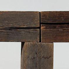 Carl Andre, Blacks Creek, 1978. Bois. 122 x 183 x 30,5 cm. Oeuvre réalisée à New York. 5 éléments verticaux en bois de pin Douglas fir (arbre résineux des Etats-Unis) supportant 2 éléments horizontaux posés bout à bout. © Philippe Migeat - Centre Pompidou, MNAM-CCI /Dist. RMN-GP.