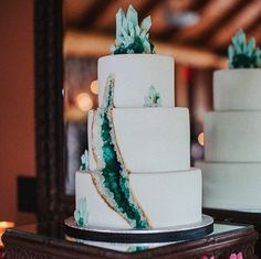 <p>Go a step further by adding a crystalized cake topper to your geode design.</p>