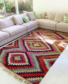 I want this living room! Vintage Turkish Kilim rugs at TT : Table Tonic Room Carpet, Rugs On Carpet, Carpets, Rugs In Living Room, Living Room Decor, Tapetes Vintage, Carpet Colors, Gray Carpet, Home And Deco