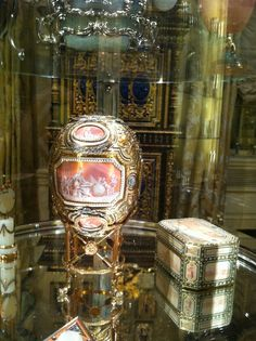 Fabergé Imperial Egg of Catherine the Great Egg, also known as Grisaille Egg and Pink Cameo Egg. It was an Easter present from Nicholas II of Russia to his mother. Fabrege Eggs, Faberge Eier, Faberge Jewelry, Easter Presents, Catherine The Great, Egg Art, Objet D'art, Egg Decorating, Artists