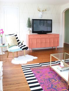 Coffee Table + Living Room that is just stunning! This DIY Coffee table is so easy!! It changes up the room so much! Click for tutorial