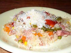 Rizoto z trouby-lepší jsem nejedla,jednoduché a šťavnaté 1 hrnek rýže,2 hrnky vody, 1cibule,olej,2 zelené papriky,3 rajčata,půl sáčku mražené zeleniny mrkev s kukuřicí,konzerva vepřové maso ve vlastní štˇávě 400g,vegeta  POSTUP PŘÍPRAVY  Cibulku zpěníme,přisypeme rýži a orestujeme,zalijeme 2 hrnky vody.Přidáme zeleninu,maso,okořeníme vegetou.Zakryjeme pokličkou a vložíme do rozehřáté trouby na 180°.Pečeme 1 hodinu