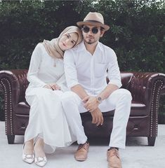 ) wore outfits we'd happily wear todayRelated animals to fall in love with: much cuter than our boys! Cute Muslim Couples, Romantic Couples, Cute Couples, Prom Photography Poses, Muslim Couple Photography, Pre Wedding Poses, Pre Wedding Photoshoot, Couple Photoshoot Poses, Couple Posing