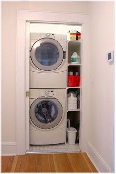 Lavandería en armario pequeño.