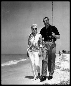 28 Mars 1961 / Marilyn et Joe en vacances sur la plage de Redington beach, en Floride.