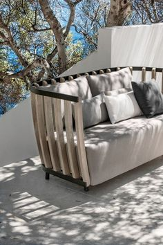 Bahçe ve verandalar için 2017 yılı mobilyaları rahatlığı ön plana çıkarıyor. Mobilyalarda sıradışı tasarımlar ve farklı malzemelerin bir araya geldiği çok sayıda model görebilirsiniz. Rahat köşe koltuklar da artık bahçelerde kendini gösteriyor. Rattan her zamanki gibi bahçelerin baş tacı olmaya devam ediyor. Rattan gibi doğal malzemeler bahçe, balkon ve verandalarda doğalllığı bozmadan dekorasyon yapmanızı sağlayacak. Bahçe mobilyası denildiğinde akla gelen ilk ahşap malzeme tik ağacı…