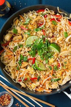 Pad Thai Recipe (with Chicken or Shrimp) - Cooking Classy Bean Recipes, Spicy Recipes, Healthy Dinner Recipes, Chicken Recipes, Healthy Foods, Free Recipes, Vegetarian Recipes, Plats Healthy, Postres