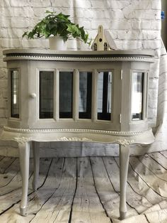 Annie Sloan chalk paint®️ French Linen, white Wax and bright silver gilding wax