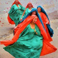 Wayúu Dancers during parade, Guatavita, Colombia Colombian People, Colombian Cities, Colombian Culture, Very Old Man, 2017 Inspiration, Shall We Dance, Boho Bags, Wise Women, Silhouette