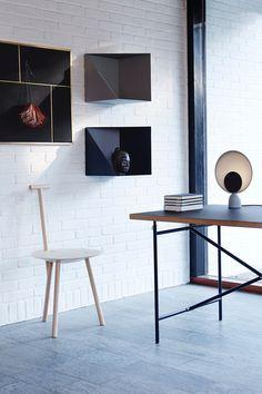 PLEASE WAIT to be SEATED Collection    Chaise Spade, lampe Blooper, étagère Wall Box, panneau Nouveau Pin.