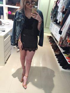 look vestido camisola jaqueta jeans sandália nude
