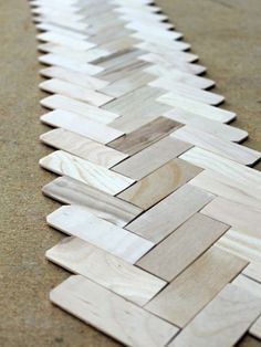 Turn Paint Sticks Into a Herringbone Table Runner Popsicle Stick Crafts, Craft Stick Crafts, Diy Craft Projects, Craft Ideas, Jar Crafts, Pallet Projects, Wood Sticks Crafts, Wood Crafts, Diy Wood
