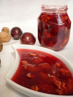 Dulceata de prune cu nuca Romanian Food, Chili, Food And Drink, Soup, Sweets, Beef, Canning, Cake, Knits