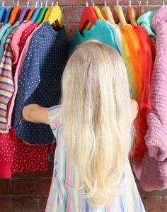 Qu'il s'agisse d'une simple armoire dans sa chambre ou d'une véritable pièce attenante, aménager un dressing pour son enfant n'est pas le signe d'une folie passagère mais une attention louable envers sa progéniture. Le dressing est comme une leçon de vie, un apprentissage de l'organisation et de l'autonomie, bref une occasion en or de transmettre aux enfants. Comment organiser au mieux ce dressing ? Le faire évoluer de la petite enfance à l'adolescence ? On vous dit tout.